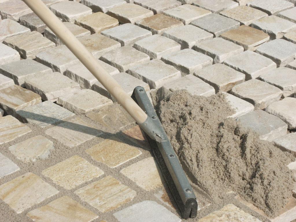 Обработка швов после укладки тротуарной плитки