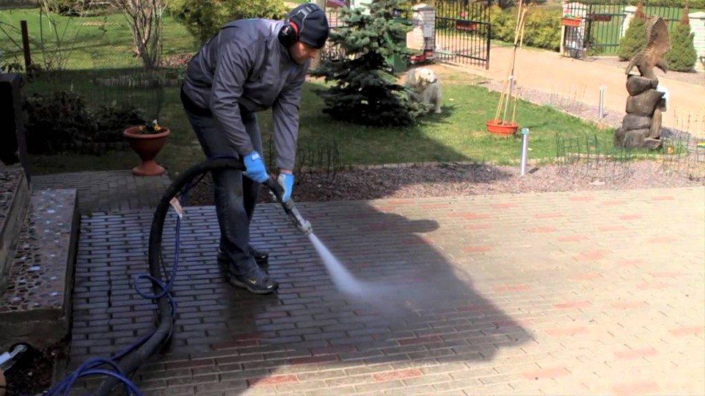 избавление от травы между плиткой водой под высоким давлением