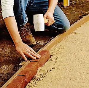 простукивание бордюрного камня резиновым молотком