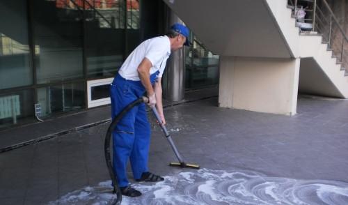 чистка тротуарной плитки моющими средствами