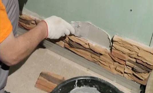нанесение клеевой смеси на стену