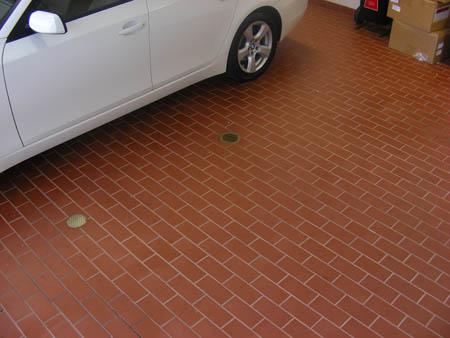 тротуарная плитка под автомобилем