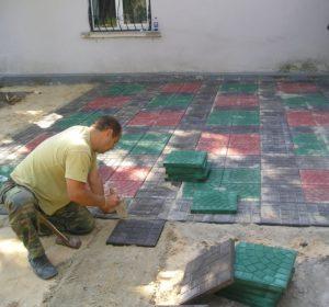 укладка тротуарной плитки из полимерных материалов