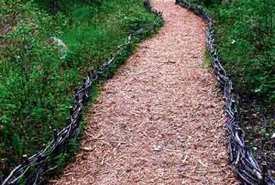 дорожка из древесных насыпных материалов