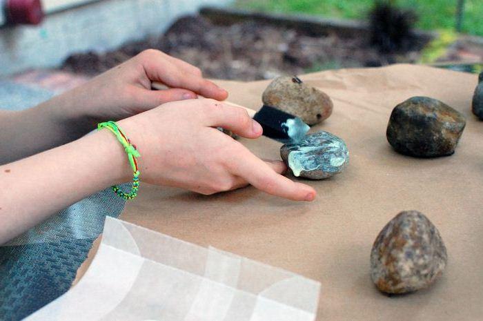 нанесения светящейся краски на камни