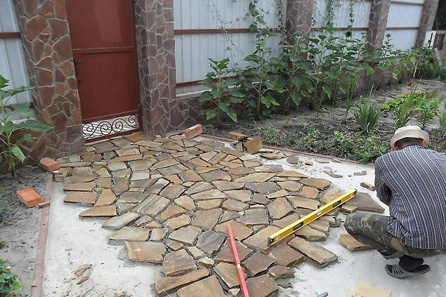 процесс укладки дорожки из природного камня