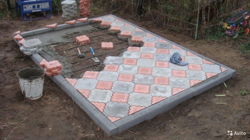 процедура укладки тротуарной плитки на кладбище